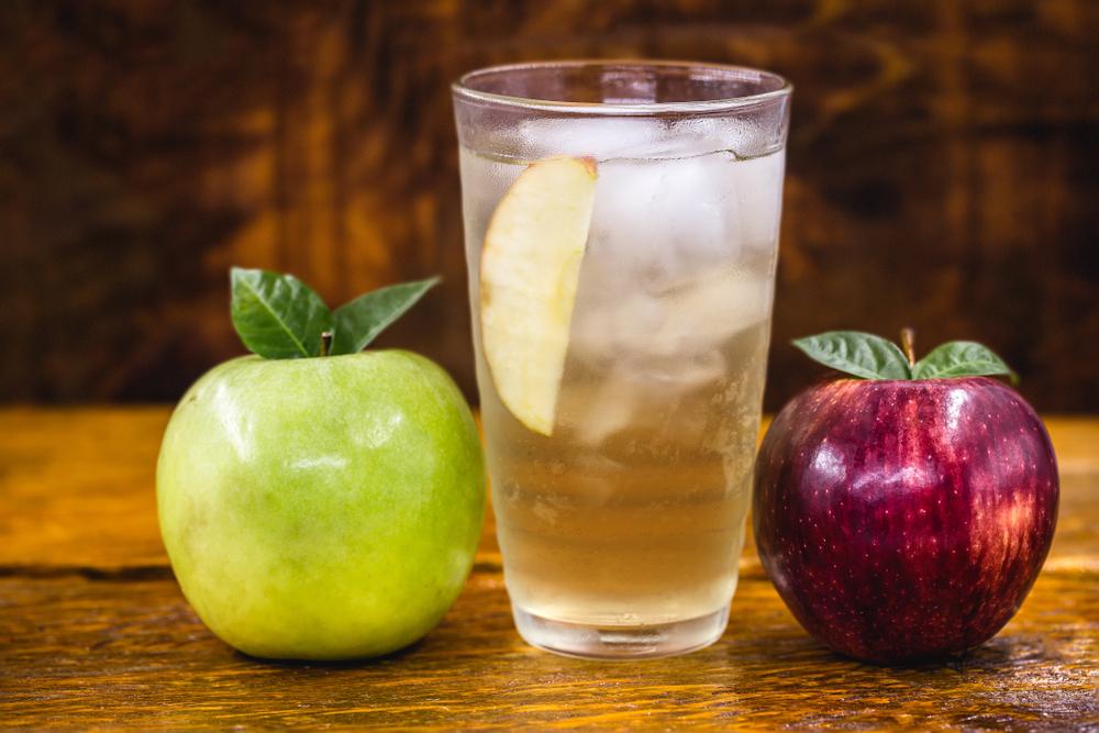 Selbstgemachte Apfelschorle ist für Sportler perfekt.(Bild: RHJPhotoandilustration – shutterstock)