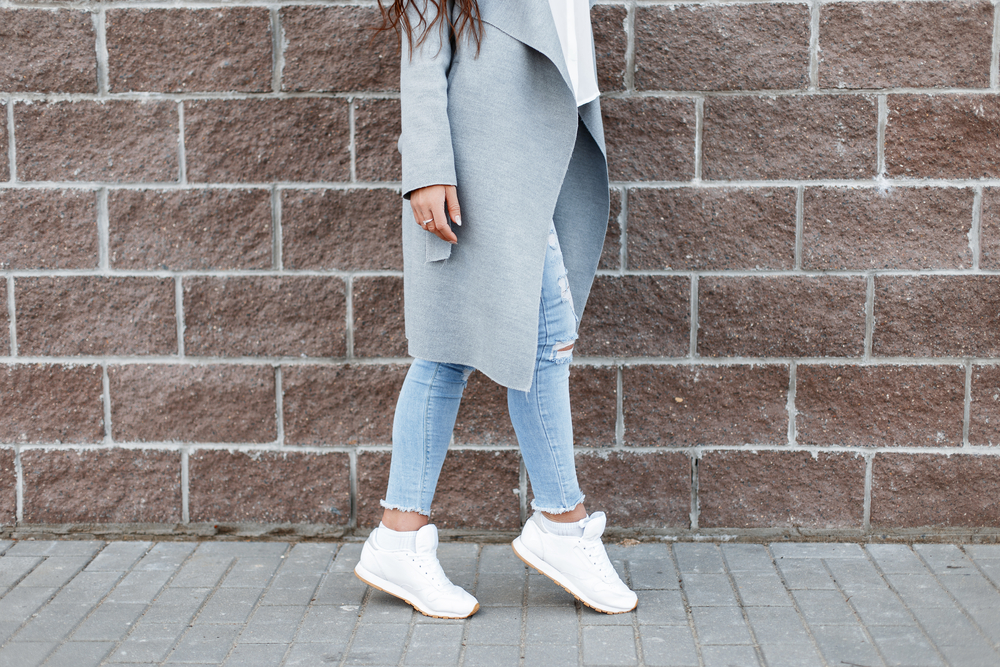Trendy: weisse Sneaker zur Jeans. (Bild: Alones - shutterstock)