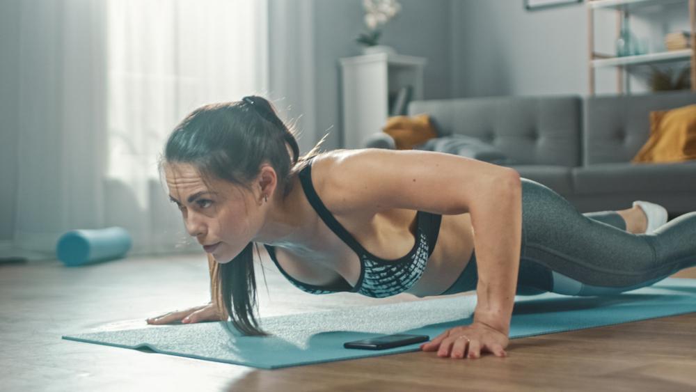 Machen Sie Ihr Wohnzimmer zum Fitnessstudio. (Bild: Gorodenkoff - shutterstock)