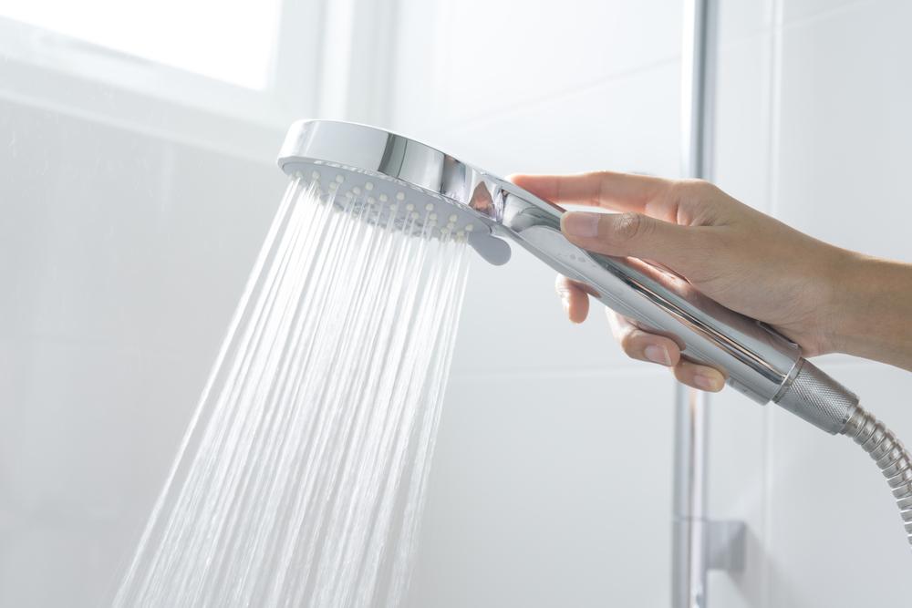 Abwechselnd heiss und kalt duschen. (Bild: ben bryant - shutterstock)