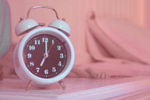 Nach erholsamem Schlaf fit in den Tag starten (Bild: WeStudio - shutterstock.com)