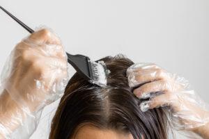 Mit Ansatz-Sets die Haare färben (Bild: Vladimka production - shutterstock.com)