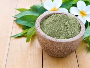 Henna ist ein grünes, grasiges Pulver. (Bild: Svetlana Zhukova - shutterstock.com)